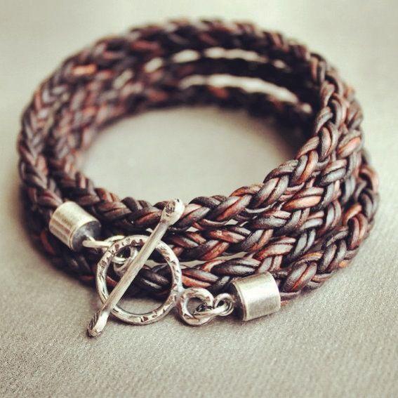 Armband, en tidlös och solklar accessoar för alla Män. Armband med Ankare och lite andra snygga flätade läderarmband.