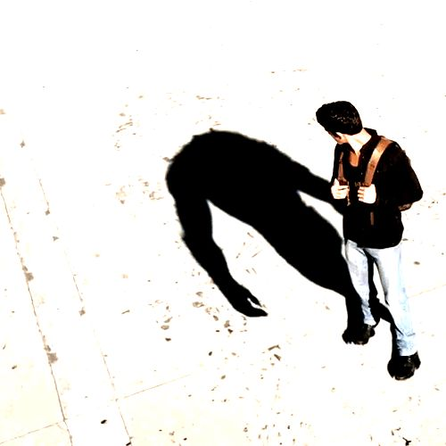O que significa a frase O homem é o lobo do homem: O homem é o lobo do homem é uma frase tornada célebre pelo filósofo inglês Thomas Hobbes que significa que o homem é o maior inimigo do próprio homem. Esta afirmação apresenta a transfiguração do homem como um animal selvagem, consiste em uma metáfora que indica que o homem é capaz de grandes atrocidades e barbaridades contra elementos da sua própria espécie. A frase original é da autoria do dramaturgo romano Platus e faz parte de uma das…