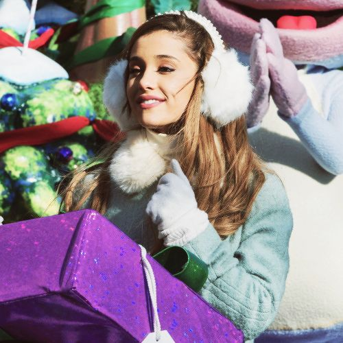 ariana grande: Luv her new hair and she did amazing at the parade!!!