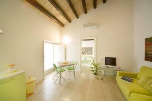 Zarezerwój ten ekskluzywny apartament z okazji przedstawień sztuki klasycznej w teatrze greckim w Siracusie! Pesco Suite 4*  Suite Bilo 3/4 pax with terrace Ortigia (Syracuse)