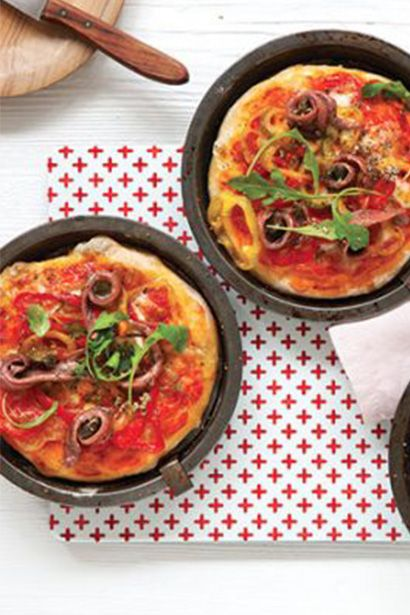 Pizzette with tomato, capers and anchovies! Try this great recipe for a tasty summer evening with your friends!