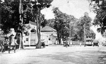 Jalan Panglima Sudirman dulu bernama Palmelaan. Foto diambil pada tahun 1925-an. Jalan tersebut dilewati oleh tram, sebagai bagian dari transportasi umum kota Surabaya. Sayang sekali bahwa pemandangan seperti ini sekarang sudah hilang dari Surabaya. Nih jalan panglima sudirman yg dulu,ternyata jadul juga,skrg saya ngantor dijalan ini.. jalan panglima sudirman dimana terletak tugu bambu runcing..