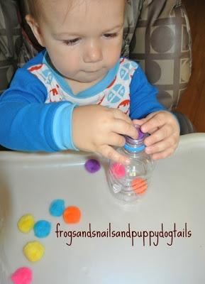 Het is even een gepriegel: kleine zachte bolletjes proberen in het flesje te krijgen! Je kunt dit ook goed uitbouwen: kleur benoemen, wat rijst in het flesjes als alle bolletjes er in zitten, dop er op, schudden en muziek maken, leuke CD opzetten (liever wel graag uit de kinderstoel ;)