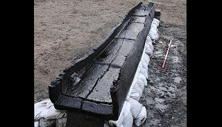 Salah satu perahu Zama Perunggu yang ditemukan dekat Peterborough, Inggris, (4/6). Menurut Arkeolog Cambridge penemuan tersebut lebih penting daripada penemuan kapal perang Mary Rose Tudor.