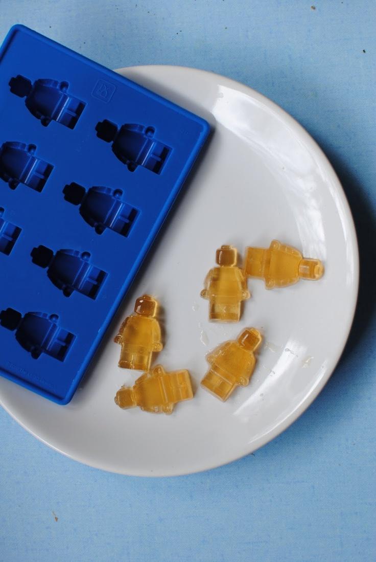 Les bonbons en agar agar avec le moule des bonhommes Lego - Organiser un anniversaire d'enfant sur le thème des Lego sur De tout et de liens (blog culture et lifestyle)