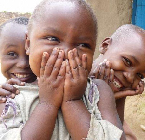 رغم اوجاعهم يضحكون لانهم يعلمون ان المال لا يعني شيئاً لضحكهم
