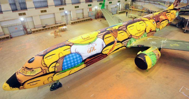 Бразильские дизайнеры Otavio и Gustavo Pandolfo оформили с помощью граффити корпус самолета Boeing 737, на котором будет летать сборная Бразилии по футболу