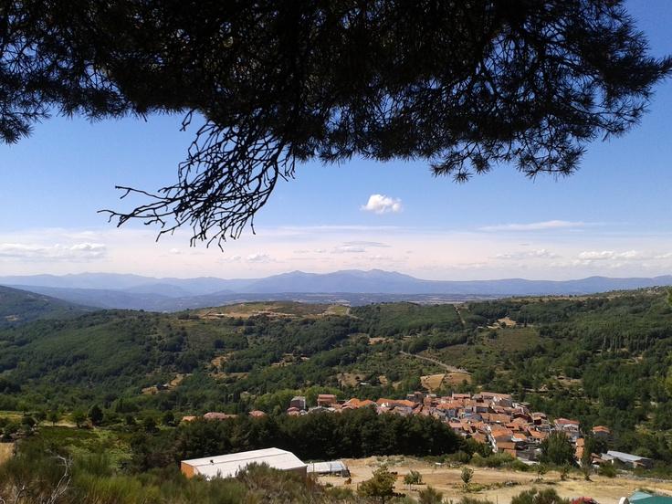 Vistas de La Garganta, uno de los pueblos más altos de Extremadura, al Norte de Cáceres, rodeado de un paisaje de pinos, castaños y robles precioso. Tan solo lo que está en primer plano es Extremadura, al fondo la maravillosa comarca de la Sierra de Francia en Salamanca.