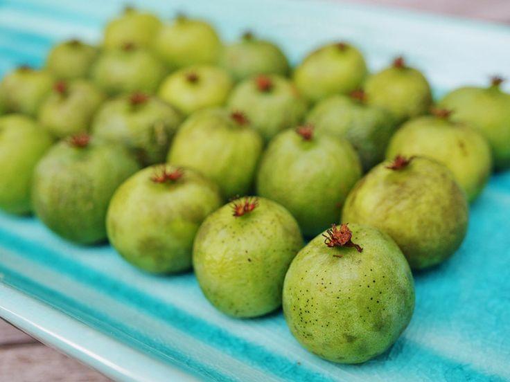 小さくて甘いベビーキウイ「ネルジ」  パッケージに書かれたフランスの商品名は「ネルジ(Nergi)」。調べてみると、キウイベリーとか、ベビーキウイとも呼ばれる果物。古くからアジアにあったサルナシ(Actinidia Arguta)の実だそうです。ネルジのサイト説明によれば、1990年代にニュージーランドの植物学者グループが、サルナシの野生種を掛け合わせ、栽培可能な品種改良に成功したのだとか。