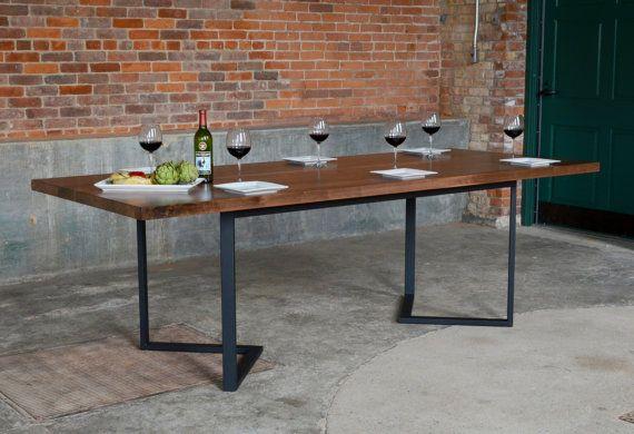 Irvine, Table à manger - Table noyer dessus solide 1 3/4   Massif de noyer et armature en acier  Foire aux questions  (1) l'épaisseur est mon dessus de table de bois franc ?  Le dessus de table est raboté et poncé pour une épaisseur de 1 3/4.  (2) quelle est la meilleure façon pour nettoyer et prendre soin de mes nouveaux meubles ?  Nous recommandons que vous essuyez le dessus à l'aide d'un chiffon microfibre et un produit de pulvérisation appelé Clean et brillance. C'est Oil produit un…