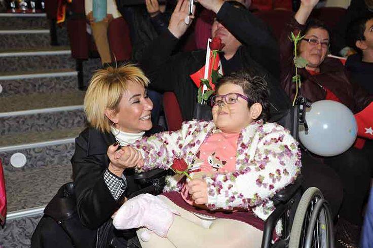 """Geçtiğimiz yıl Murat Yıldırım tarafından ilki hayata geçirilen ve geliri engelliler yararına kullanılan """"Engel Olma Destek Ol"""" temalı defilenin ikincisi 16 Mayıs 2017 tarihinde Adana Atlı Spor Kulübü'nün katkılarıyla gerçekleştirilecek. Defilede; iş, sanat, siyaset dünyasının önde gelen ve sosyal sorumluluk projelerine katkı koyan kadınları, engelli çocuklarla birlikte podyuma çıkacak. Adana'nın sosyal sorumluluk projelerine destek veren …"""