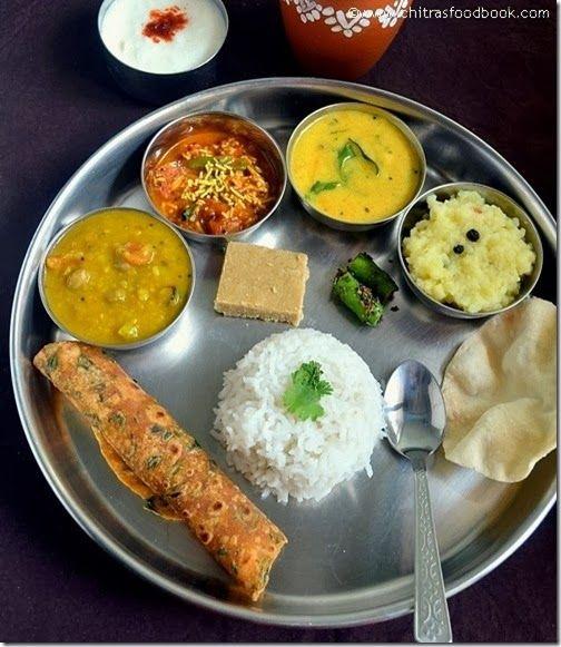 Gujarati Thali: arroz,thepla,dhal,sev tamatar curry,kadhi,dal kichdi,green chilli Pickle,curd ,masala chaas y pappadoms !