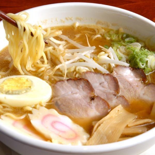 Aprende a preparar ramen con esta rica y fácil receta.  El ramen es un plato popular de de la gastronomía japonesa y consiste en una sopa de fideos sazonada con sals...