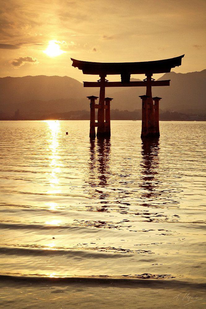 Japanese Cliché: floating torii of Miyajima