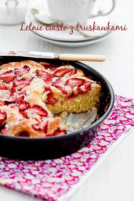 Letnie ciasto z truskawkami i perłowym cukrem