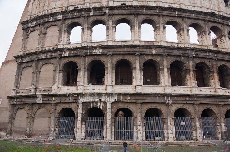 Pod koniec VI wieku wewnątrz amfiteatru wybudowano mały kościół, arenę przekształcono w cmentarz
