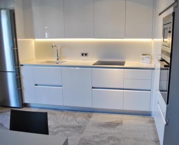 Cocina iluminaci n encimera muebles sin tiradores - Iluminacion encimera cocina ...