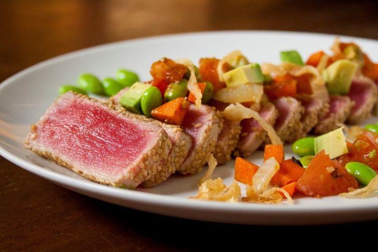 O chef Alex Perez, do restaurante Benihana Brasil, ensina uma saborosa receita de Tuna Steak, nutritivo e rico em proteína, ideal para ser acompanhado por uma taça de saquê. Confira a receita na www.flashesefatos.com.br