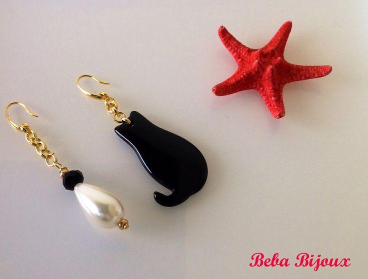 Orecchini con catena dorata,con monachella color oro Nickel Free. Gatto colore nero in resina e perla.
