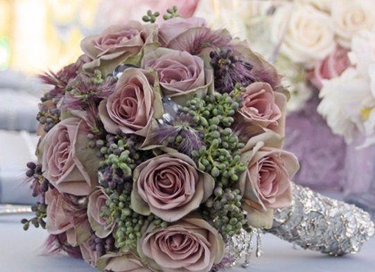 Pembe güller ve yeşil tomurcuk çiçekler ile yapılmış gelin buketi örneği