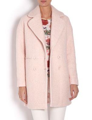 Двубортное пальто прямого покроя. Длинный прямой рукав. Застежка на четыре декоративных пуговицы. Широкий отложной воротник.