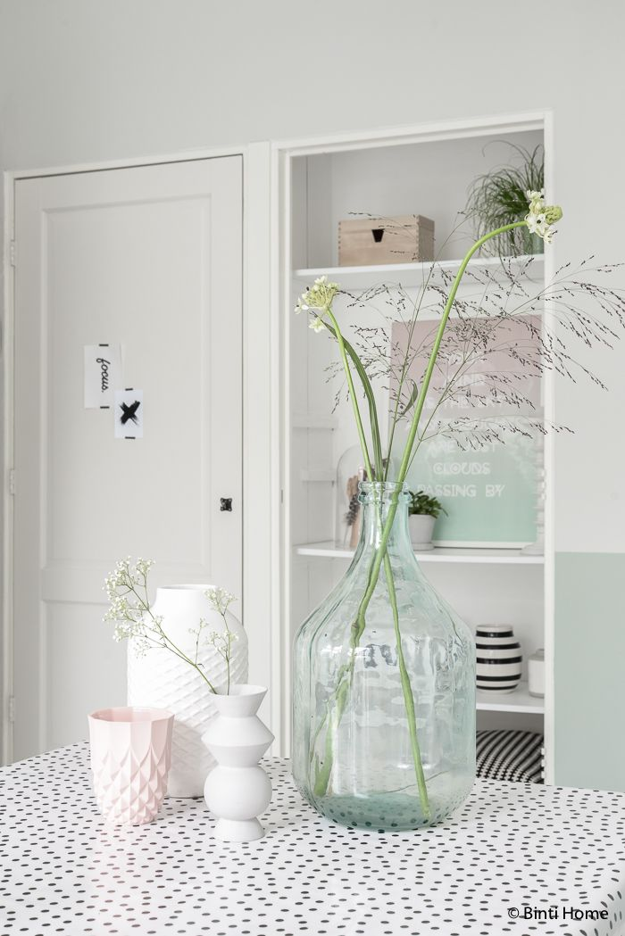 Livingroom inspiration with black, white and pastels   Binti Home blog : Interieurinspiratie, woonideeën en stylingtips