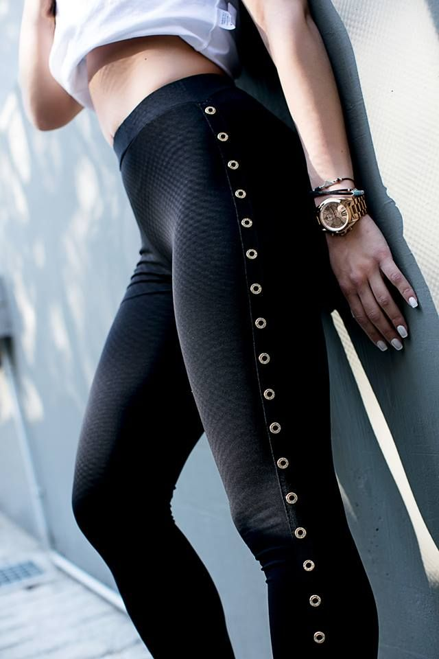 Leggings with along gold side metallic details and elastic waist. 95% Cotton. 5% Elastane.