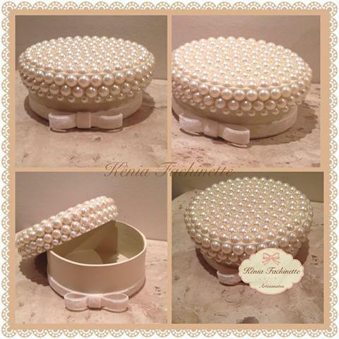 Caixa redonda com pérolas!! ✨ #caixapersonalizada #caixamdf #decoração #instagood #presentes #luxo #decor #feitoamão #instadecor #arte #artesanato #delicadezaemcaixa #designer #mimos #caixacompérolas ✨