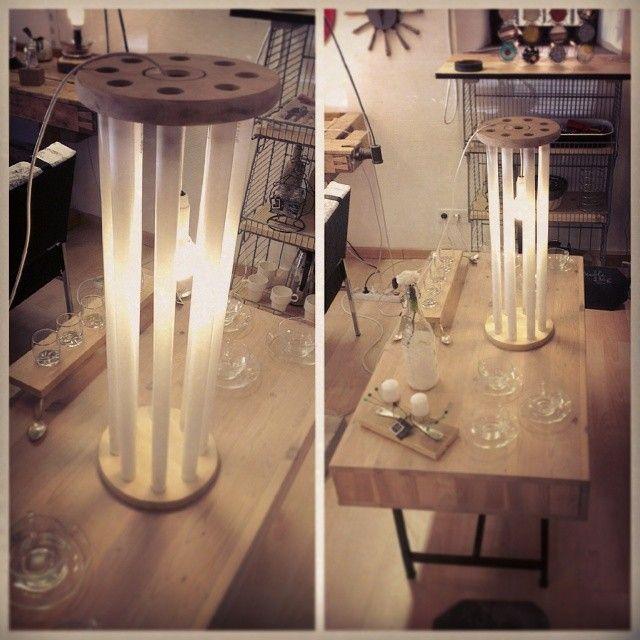 Lampe réalisée à partir de néons usagés et de disque de bois, tout cela provenant de la récup'.  Le P'tit Baz'art http://lepetitbazart.com/
