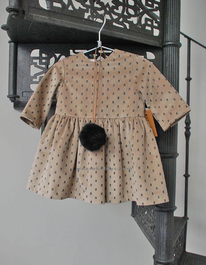 Vestido Mía y Lía realizado en tela de terciopelo color topo estampado en calaveras en grafito. Lleva un forro de algodón en su interior.