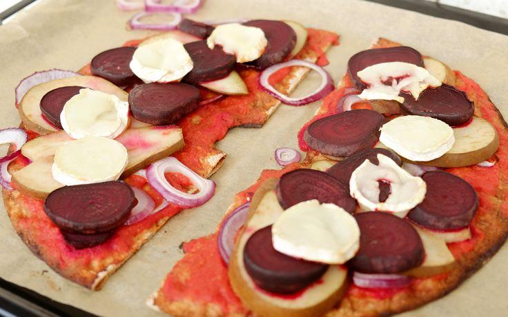 Knäcke-bröd-pizza. En annorlunda pizza som du snabbt snor ihop. Så god med kombinationen päron, rödbetor och ost.