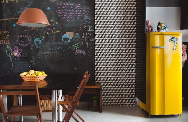 parede lousa + cimento queimado + ladrilhos hidráulicos + uma geladeira velha pintada de amarelo = muito amor por essa cozinha ♥  Veja ela inteirinha em www.historiasdecasa.com.br #cozinhaaberta #decoração #garimpo #todacasatemumahistoria #parededelousa