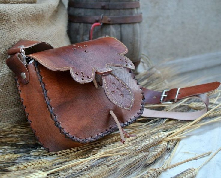 Middle Ages bag Made and stitched by hand, has a single large pocket, closing at medieval and adjustable leather shoulder strap. #artigianato #madeinitaly #bags #pelle #leather #borse