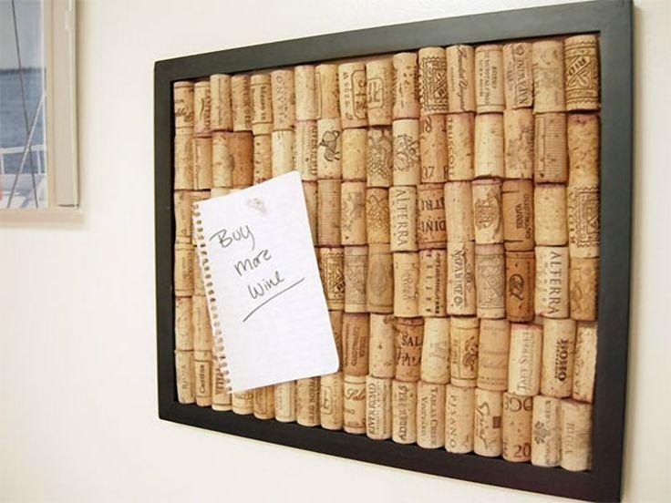 Приклейте пробки от вина на картинную рамку, и у вас получится самодельная пробковая доска для заметок.
