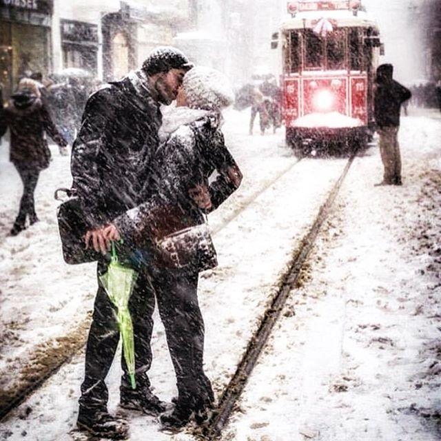 Budur... Benim özlediğim İstanbul ve kar görüntüsü budur!!!! ❤️ Hayat, yaşamak, hissetmek, aşk budur!!!! Bıktık şiddetten, acıdan, zulümden, göz yaşından, hak etmediğimiz şeyleri yaşamak zorunda kalmaktan... Böyle ülke olsak, özgür olsak, adalet olsa ülkemizde, kadınlar mutlu olsa, taciz, tecavüz, kadına şiddet hiç yaşanmasa. Gençler özgürce öpüşse, sevişse, ayıplayan, yargılayan olmasa. Aşk kutsal olsa... (@fatihcoban1 'den arakladım bu fotoğrafı, sevdim, gaza geldim, yazdıkça yazıverdim…