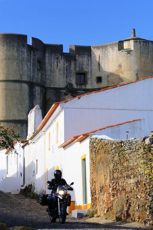 Evoramonte, Estremoz - Alentejo, Portugal Portugal: Ég és föld - Paulovits Imre, Totalbike.hu 17.11.2013 | A Cabo da Rocán vagyok Portugáliában, az európai szárazföld legnyugatibb pontján. Még pont időben értünk ide a BMW-vel a gigantikus természeti színjátékhoz, ami megkoronázott egy ötnapos túrát, ami annyi különböző élményt hozott kilométerenként, mint amire soha nem számítottam volna.