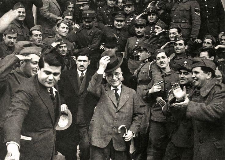 Ο Ιωάννης Μεταξάς μετά το ιστορικό ΟΧΙ στους Ιταλούς. / Ioannis Metaxas and Greek soldiers in jubilation following the historic 'OHI!' ('NO') to the Italians.