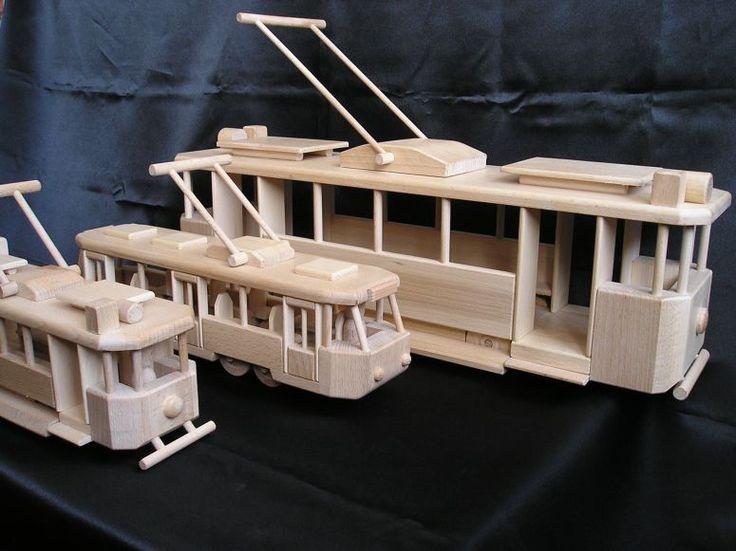 Obrovitá dřevěná tramvaj