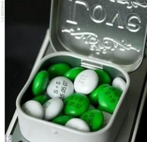 Idée cadeaux d'invités : Mini-boîte de M&M's personnalisés !