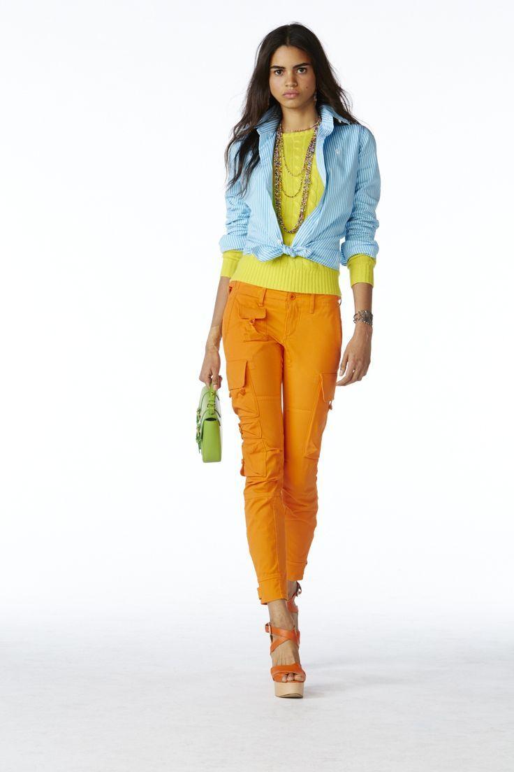 Collection POLO pour femmes Printemps 2015 : Chemise en popeline rayée bleu/blanc, pull en cachemire jaune, pantalon cargo en coton orange, sac bandoulière en cuir vert avec serrure et sandales à lanières croisées en cuir vachetta orange
