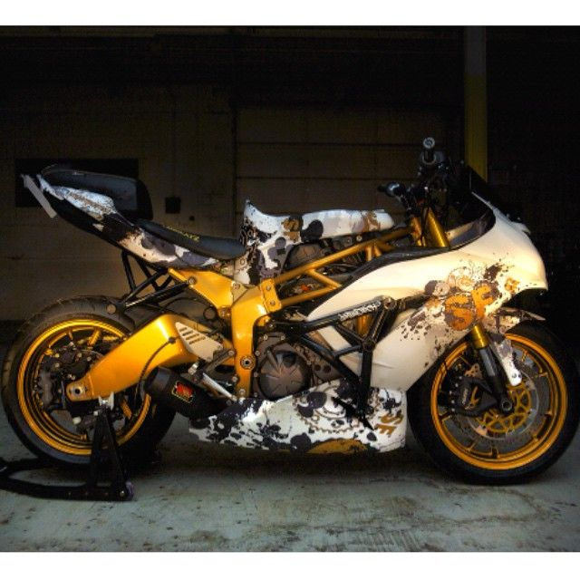 @sitdownsteve new build, A 2013 Kawasaki zx6r 636... @streetfighterz 2015 Stunterx half frame @stunter_x Hot bodies race fairings @hotbodiesracing Custom Vinyl wrap personally done by @johnduever owner of @vinylimages Impaktech cage and sub cage @impaktech Rear sets and rear dual caliper bracket @ndcustomz Custom seats @jbseatz Custom gas tank @graveyardcustoms Radiator cage with dual fan set up @damagecontrolparts Black shorty exhaust @competitionwerkes All gold painted by…