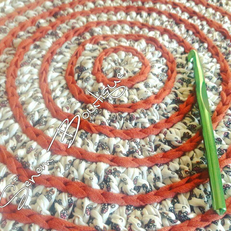 Çalışma Anı.  . . İplerim ☞ @yunevi #tshirtyarn #penyeip #crochet #knit #knitting #pouf #rug #yarn #yarnart #homemade #basket #crochetbasket #crochetrug #paspas #trapillo #ganchillo #uncinetto #fiodemalha #tejer #virka #croche #örüyorsamsebebivar #hekle #stricken #craft #häkeln