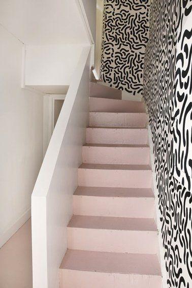 Ambiance Fraiche Et Tonique Pour Des Escaliers Repeints Couleurs Rose  Bonbon Mis En Contraste Avec Un