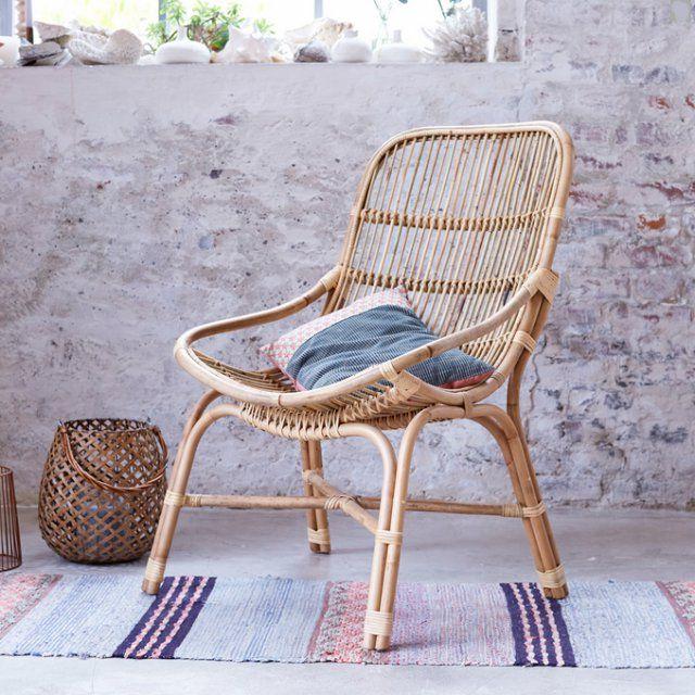"""Fauteuil """"Pia"""" en rotin Tikamoon avec tapis pastel et mur en briques"""