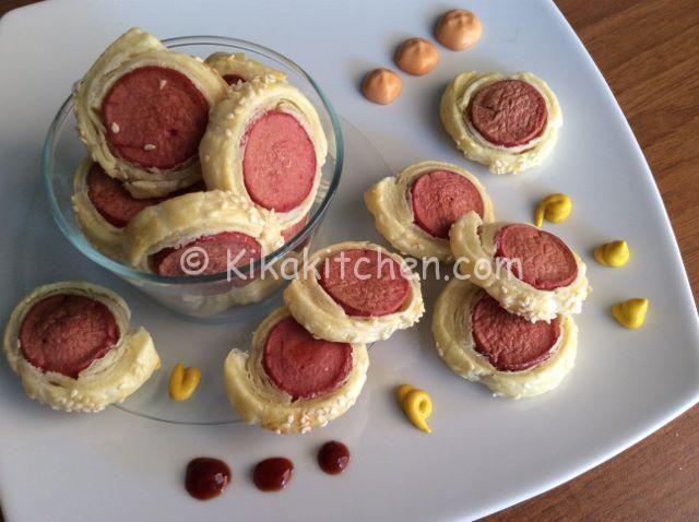 Le sfogliatine con wurstel sono degli sfiziosi antipasti finger food ideali per aperitivi e feste con gli amici, semplici da preparare.