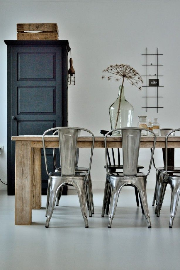 Landelijk meets industrieel - Tolix chairs I love it!