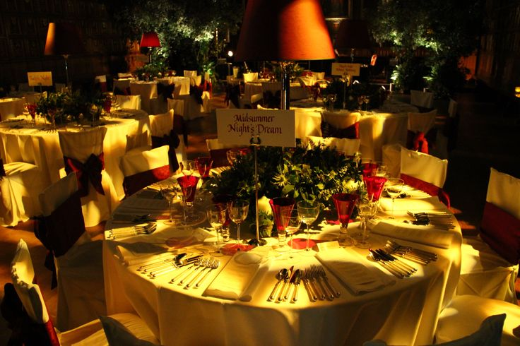 The wedding tables enlightened by Middle Temple spotlights