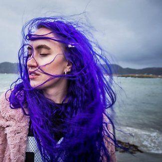 Ingrid Helene Håvik med vind i sitt lilla hår. Havet i bakgrunnen. (Foto: Besnik Zogaj/Remi Sagen. Redigering: Remi Sagen)