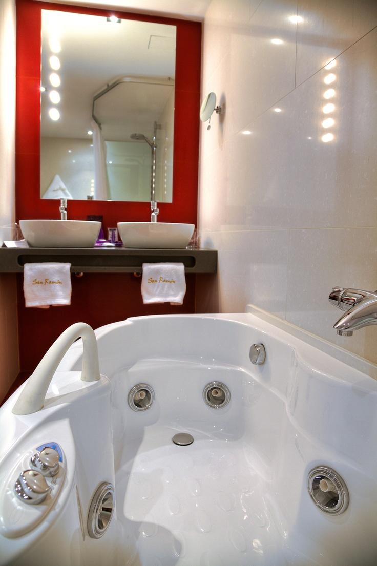 Las habitaciones de categoría superior disponen de bañeras de hidromasaje o jacuzzi con sistema de chorros de agua a presión.