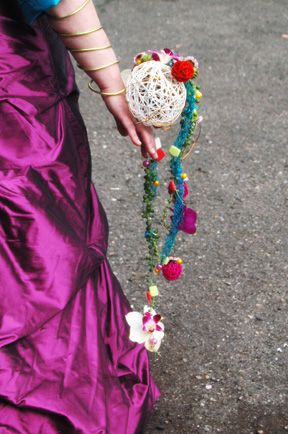 un bouquet mariée original, porté au poignet de la marié (pas de risque de le perdre !)